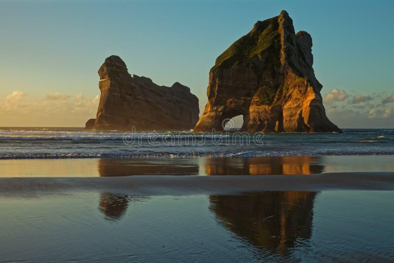 La roccia dell'arco alla spiaggia di Wharariki immagini stock