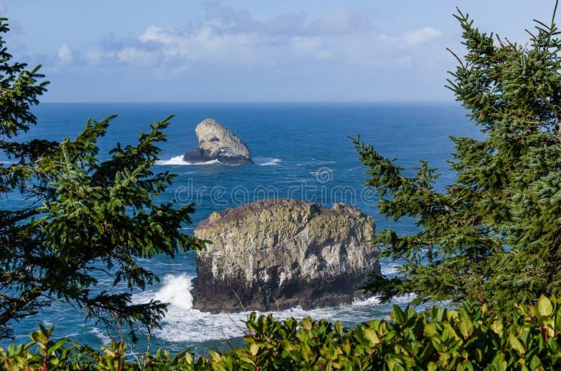 La roccia e la colonna della piramide oscillano fuori da capo Meares Oregon immagine stock libera da diritti