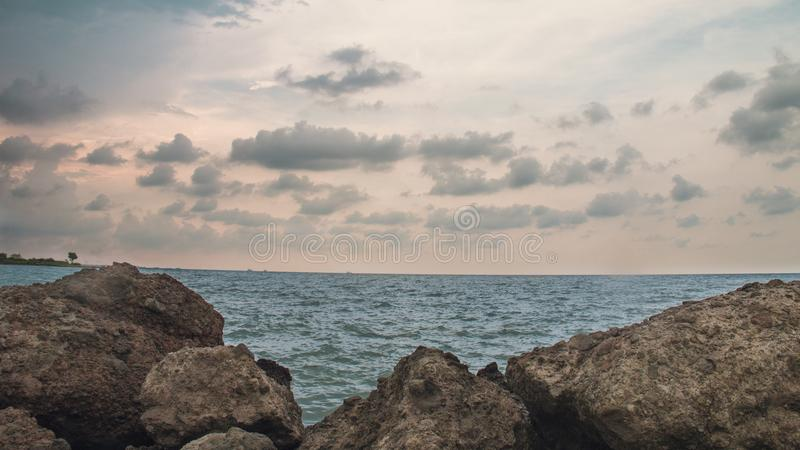 La roche dans la plage, chez Marina Beach Semarang Indonesia 3 photo libre de droits