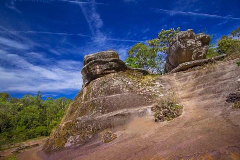 La roche en haute montagne photos stock