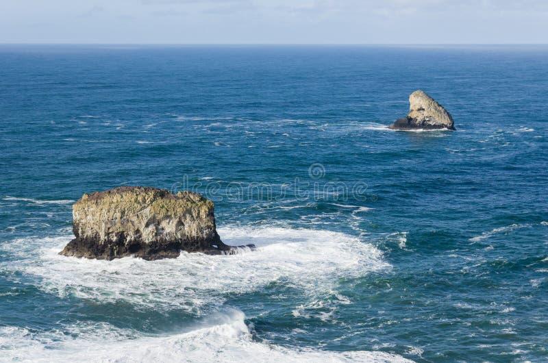 La roche et le pilier de pyramide basculent outre du cap Meares Orégon images stock