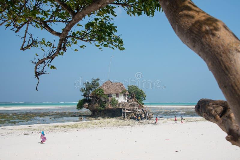 La roche - petit restaurant sur la roche, Michamwi Pingwe, Zanzibar photos stock