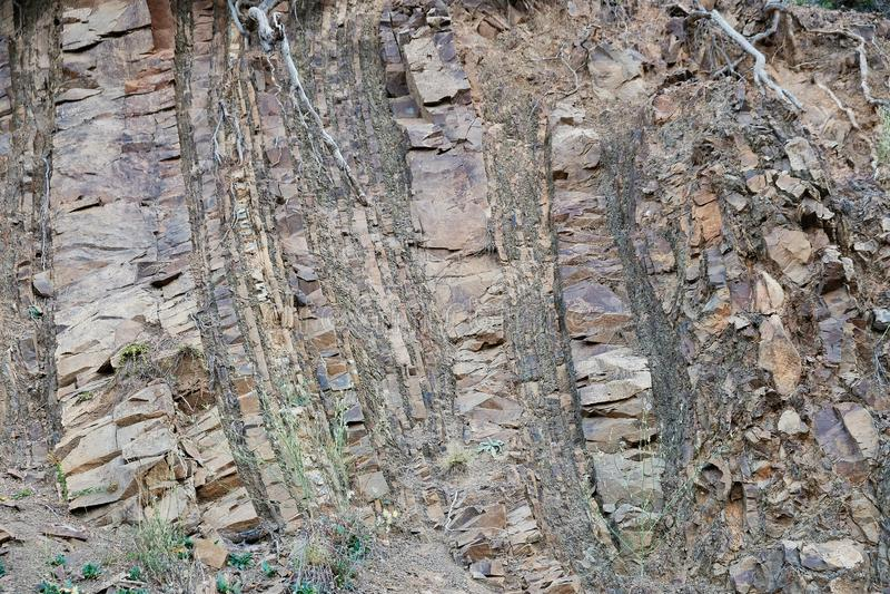 La roche sédimentaire exposée pose sur la pente de montagne grecque image libre de droits