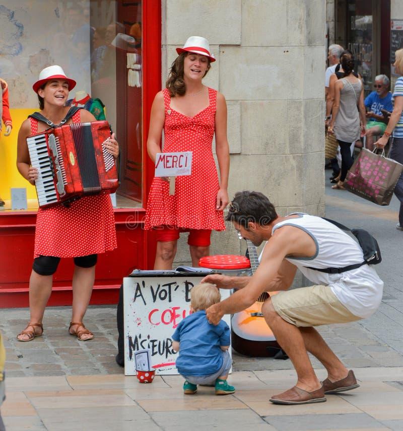 LA ROCHELLE FRANKRIKE - AUGUSTI 11, 2015: Gatasångare med musikinstrument gör kapacitet på gatan royaltyfri fotografi