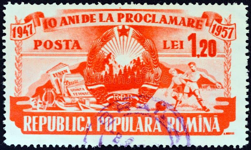 LA ROMANIA - CIRCA 1957: Un bollo stampato nell'emblema di manifestazioni della Romania, nelle arti e negli sport, circa 1957 fotografie stock
