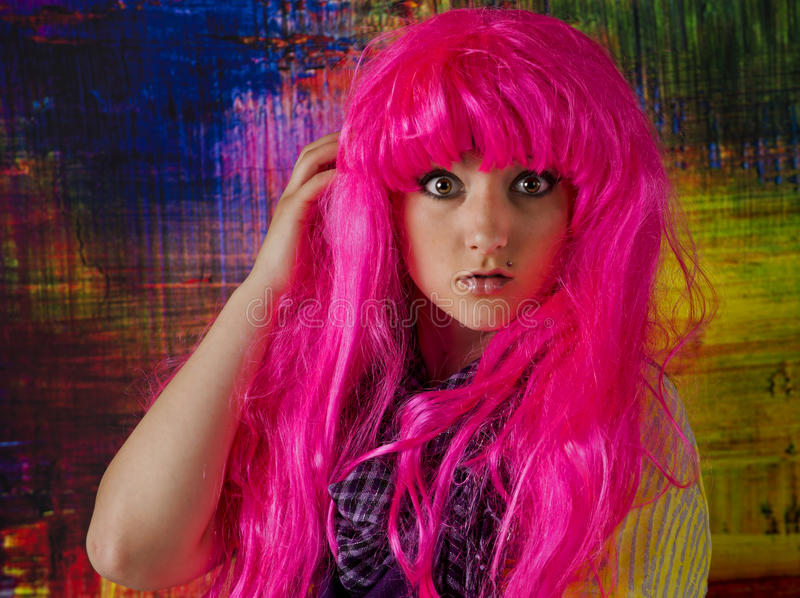 La ronda grande observó a la muchacha con una peluca rosada brillante foto de archivo