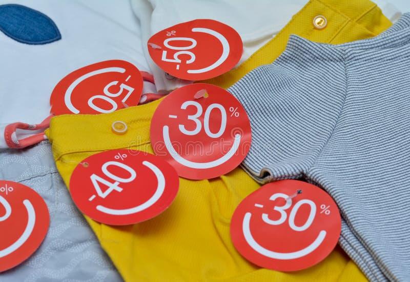La ropa con descuento etiqueta venta estacional fotografía de archivo