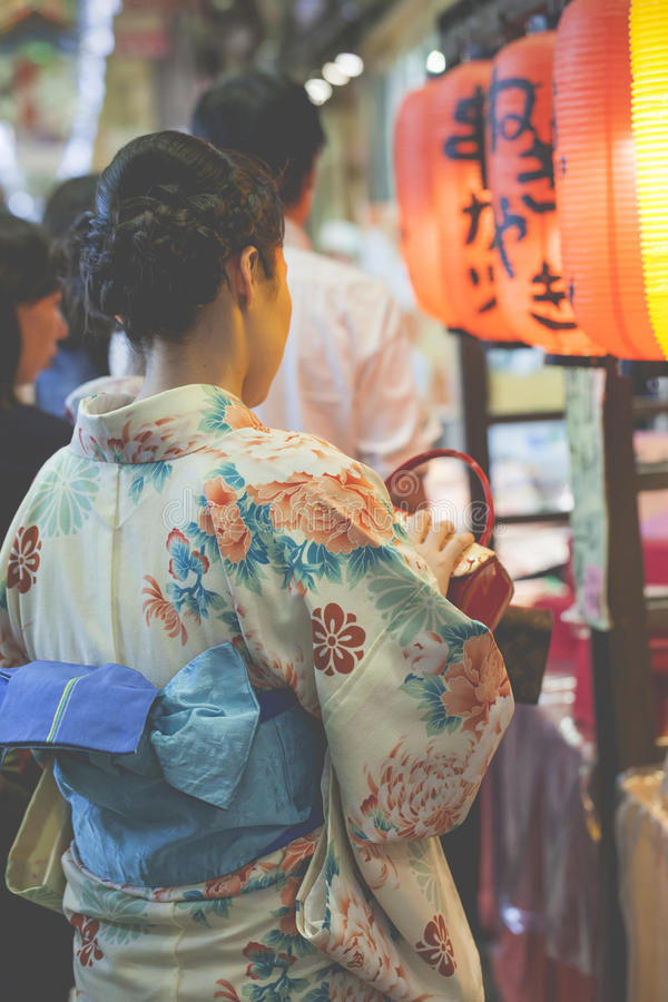 La ropa de mujer japonesa un vestido tradicional llamó a Kimono fotografía de archivo