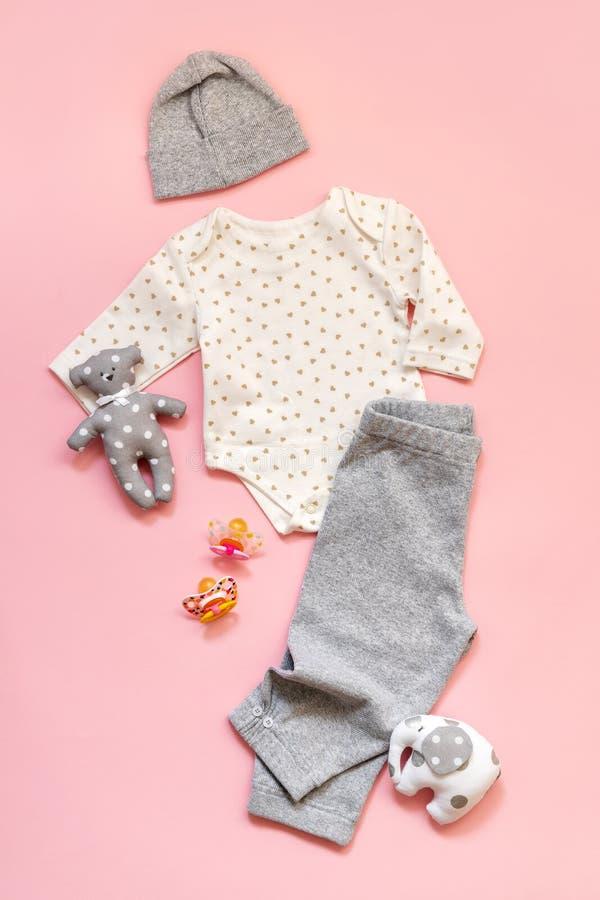 La ropa del bebé del niño recién nacido fijó el sombrero de los pantalones del mono fotografía de archivo