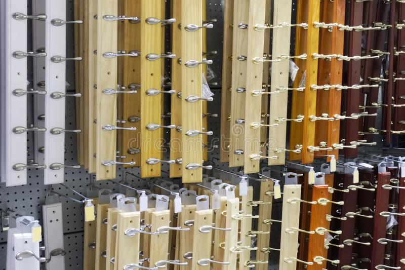 La ropa engancha fijo a diversos colores del tablero de madera en tienda del hardware DIY imagen de archivo