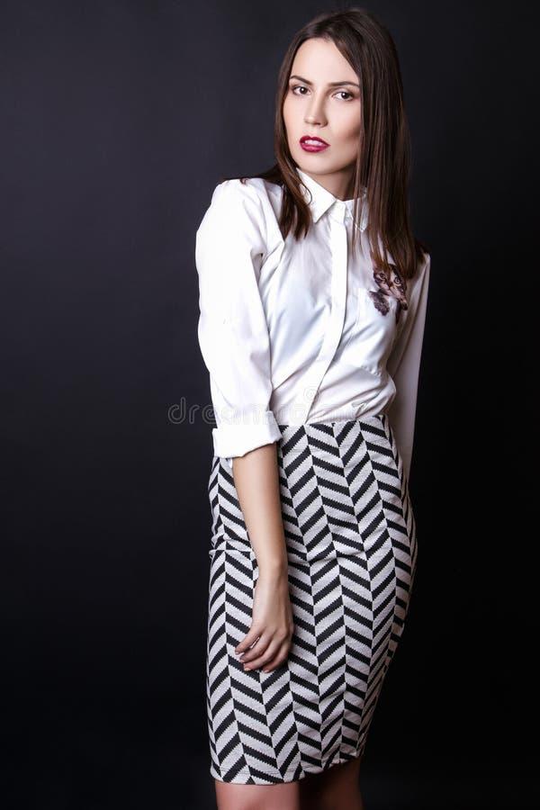 La ropa hermosa de la moda de la oficina de negocios del modelo del encanto de la mujer lleva estilo sport foto de archivo libre de regalías