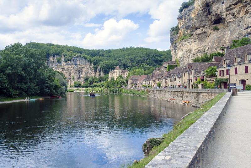 La Roque-Gageac le long de rivière de Dordogne photographie stock libre de droits