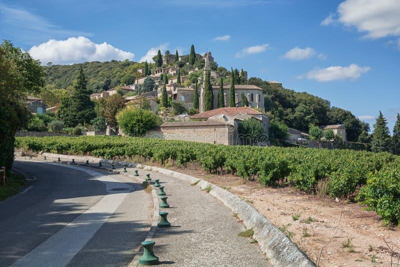 La Roque-sur-Cèze är en pittoresk by i den Gard avdelningen, Frankrike royaltyfri bild