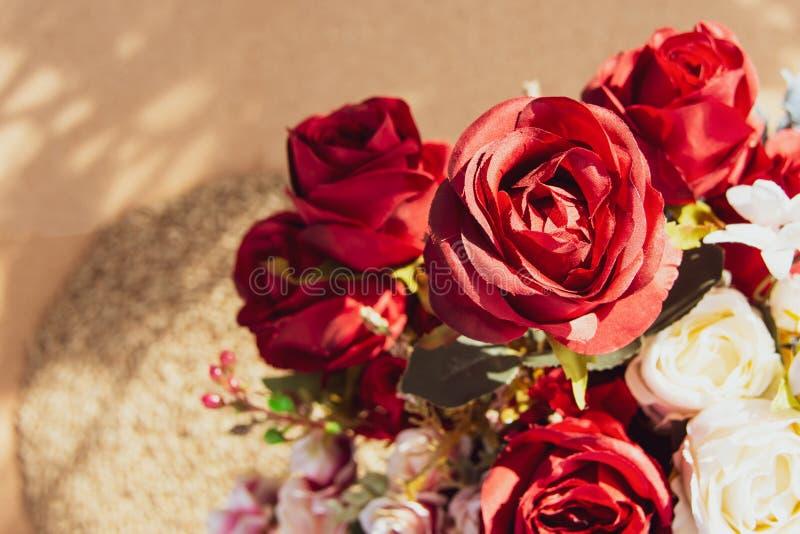 La rosa hermosa de flores artificiales, pastel artificial subió las flores imagenes de archivo