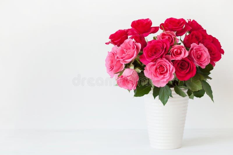 La rosa hermosa del rojo florece el ramo en florero sobre blanco imagen de archivo