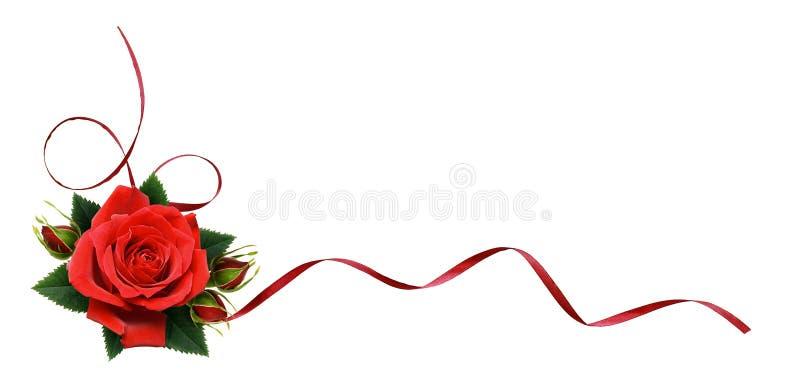 La rose de rouge fleurit et le ruban en soie dans la disposition faisante le coin image stock