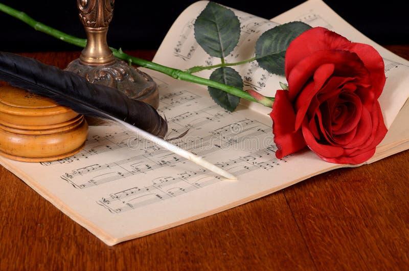 La rose sur des carnets avec des notes photo stock