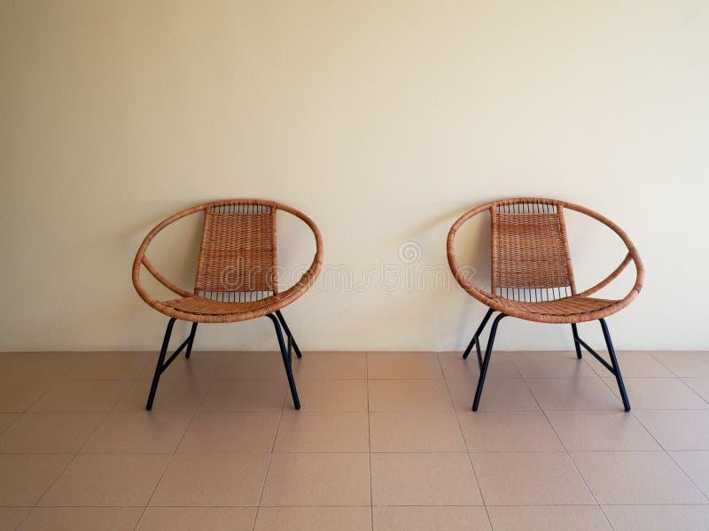 La rota moderna del diseño del vintage preside los muebles con los fondos blancos de la pared Dise?o interior foto de archivo