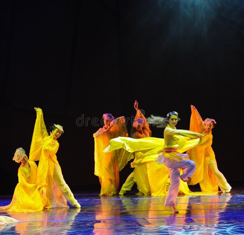 La rotación del drama de la danza del crisantemo- la leyenda de los héroes del cóndor fotografía de archivo libre de regalías