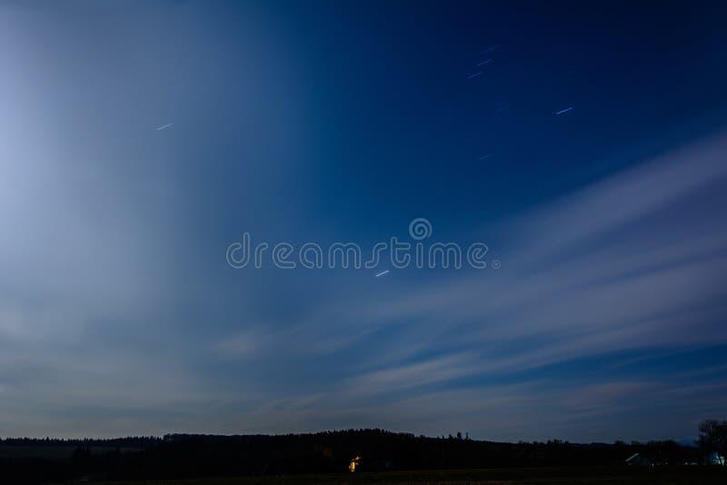 La rotazione della terra è chiaramente visibile sul cielo notturno nell'ucranino fotografie stock