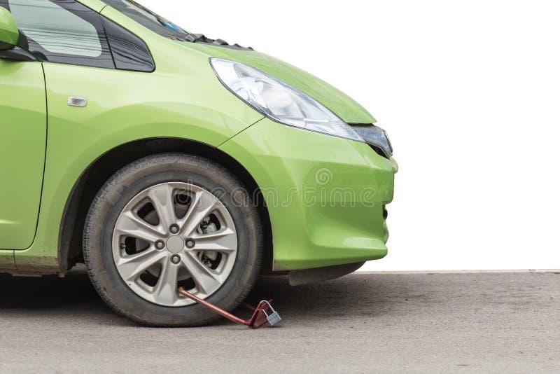 La roue avant de la voiture deviennent verrouillée par la police sur la route d'isolement dessus photos libres de droits