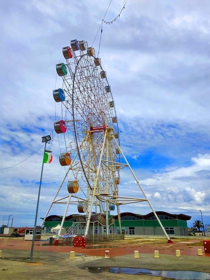 La roue de ferris colorée comme point de repère dans Pescara, Abruzzo, Italie photos libres de droits