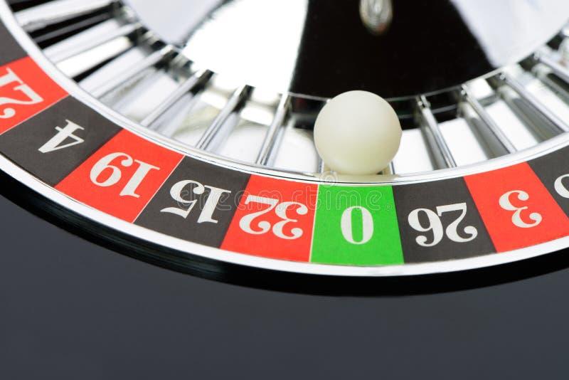 La roulette roulent dedans le plan rapproché de casino photos libres de droits