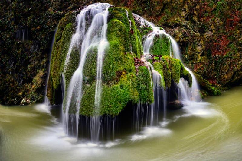 La Roumanie la plupart de belle cascade, cascade de Bigar, parc naturel de Cheile Nerei photo libre de droits