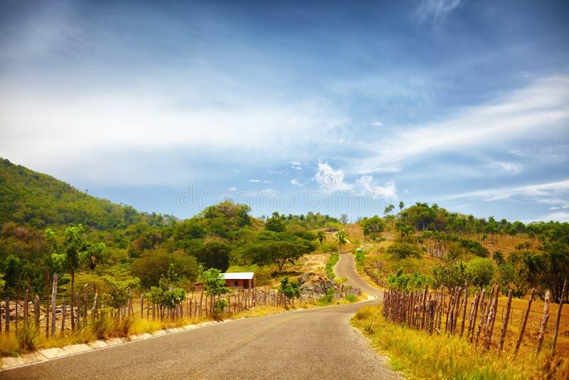 La route à Pico Isabel de Torres, Puerto Plata, par la campagne et un soleil a roussi le paysage photos stock