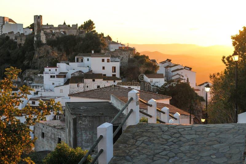 La route à la vieille ville qui est la montagne au coucher du soleil image libre de droits
