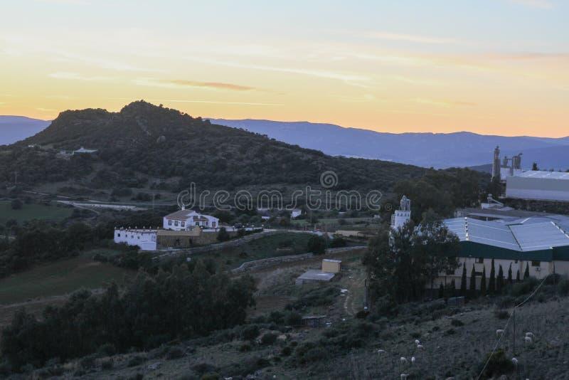 La route à la vieille ville qui est la montagne au coucher du soleil image stock