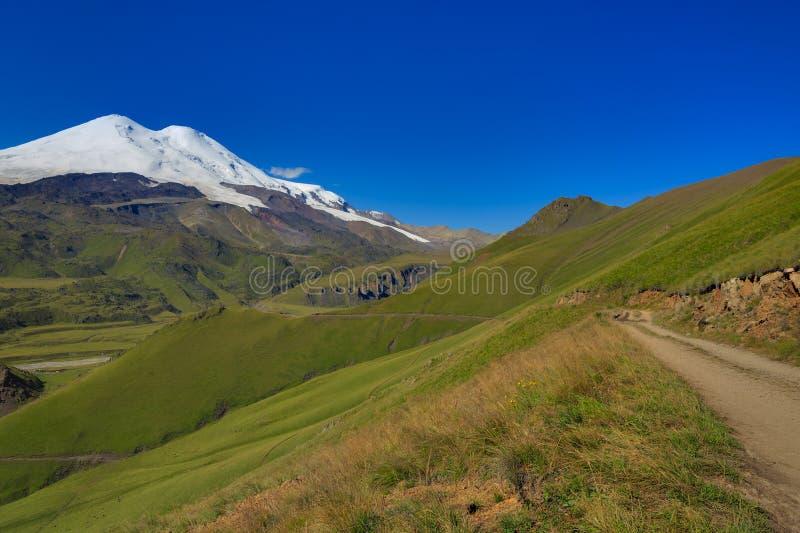 La route au camp des grimpeurs au pied du mont Elbrouz photos stock
