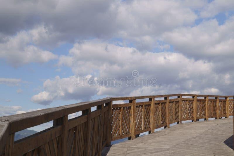 La route au ciel - le pont pour entrer dans la forteresse, Roumanie photos libres de droits