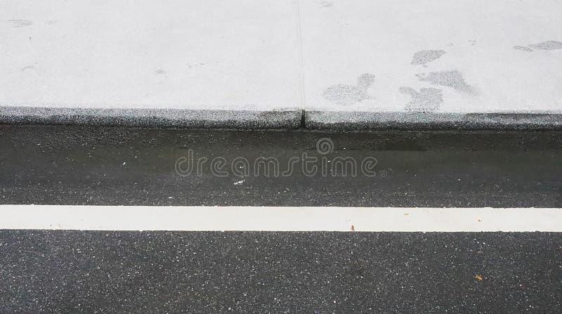 La route blanche dans le sens est une route sans accidents photos stock