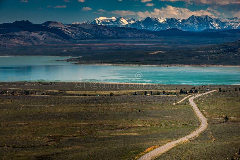 La route d'étoile bleue vers le lac mono la Californie donnent sur photographie stock