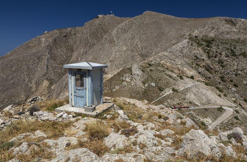 La route d'enroulement qui amène à l'entrée du village antique de Thera sur une montagne sur l'île de Santorini, dedans images libres de droits