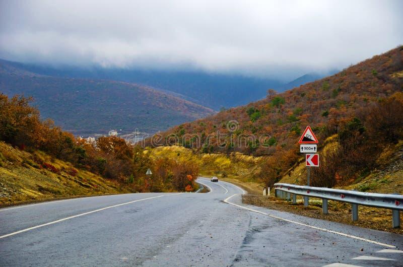 La route dans les montagnes photos stock