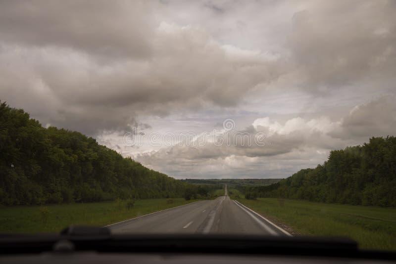La route de campagne avec des nuages image libre de droits