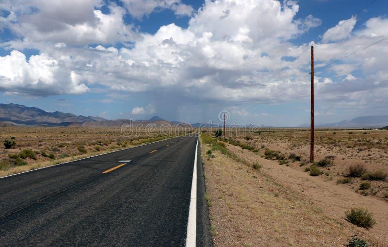 La route de désert de Mojave, pleuvoir en avant images stock