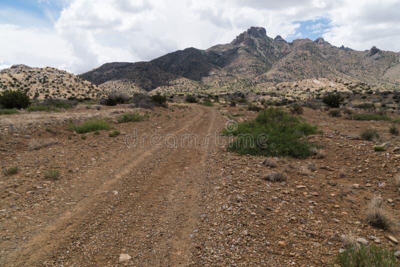 La route de Gap près des montagnes de la Floride dans le sud-ouest Nouveau Mexique image libre de droits