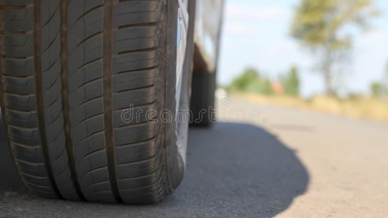 La route de pneu a l'espace disponible, créant un conce expérimental de voyage photo libre de droits