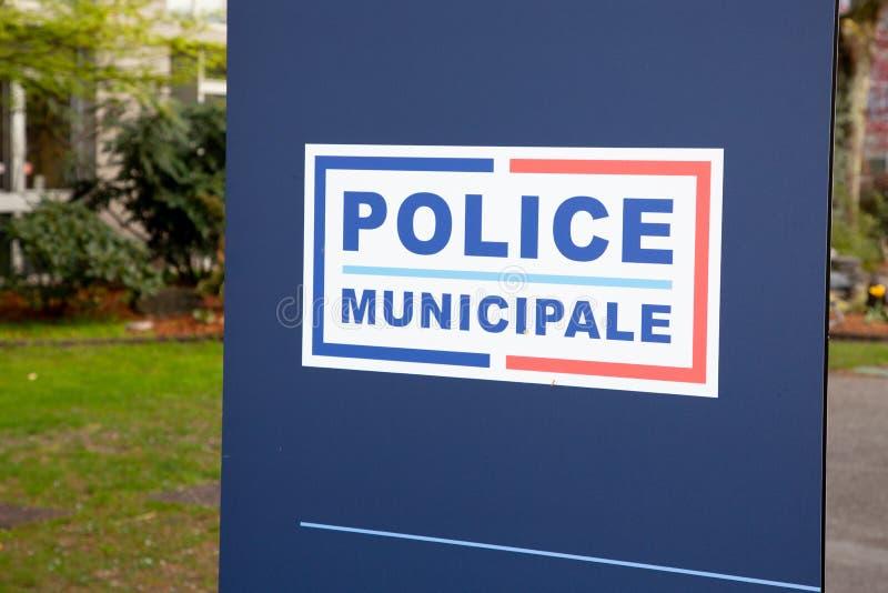 La route de signe du municipale de police signifie dans la police locale française en France sous le maire de ville d'autorité photos stock