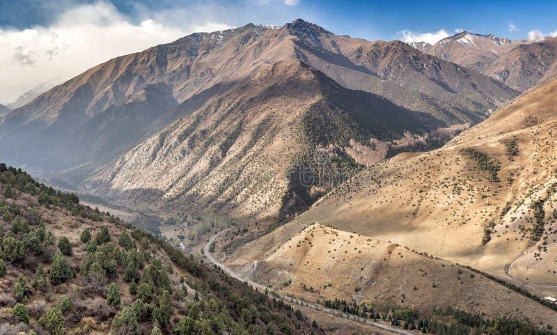 La route entre les montagnes en canyon d'aile du nez-archa images stock