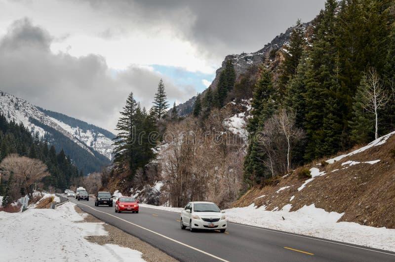 La route et la neige ont couvert des crêtes de Tuscarora près de Brighton L'Utah Etats-Unis photo stock