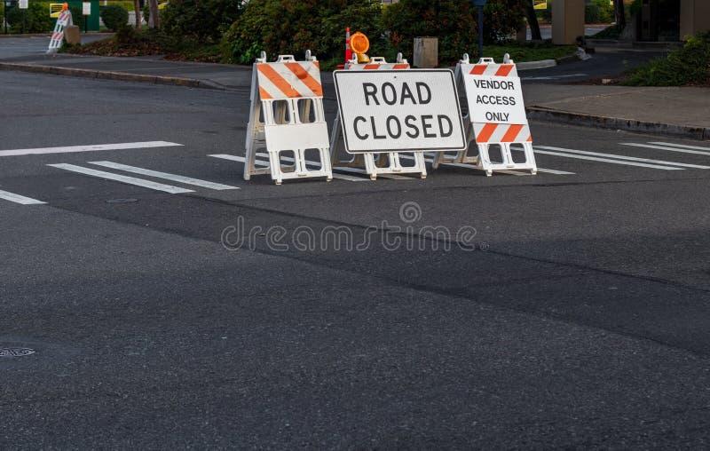 La route a fermé des signes et des barricades placés sur un passage piéton image libre de droits