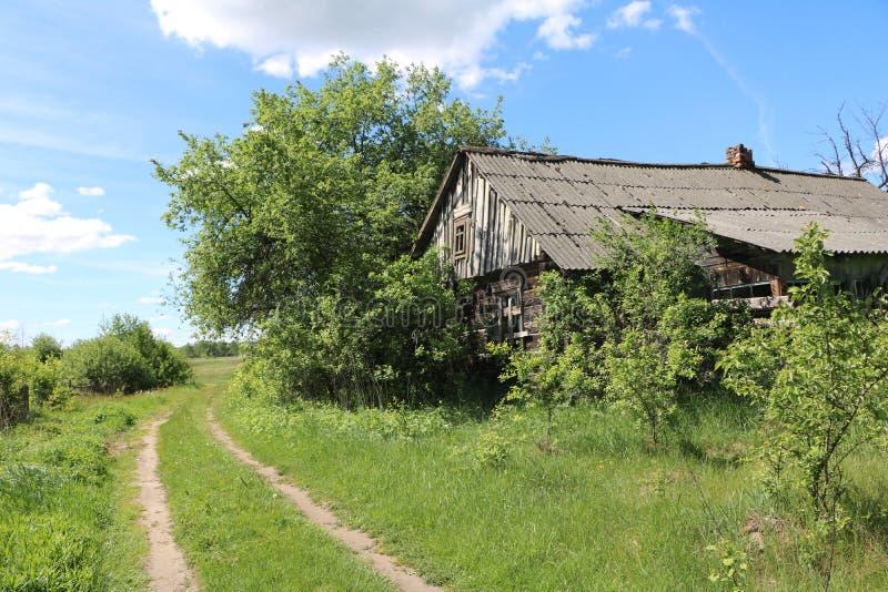 La route le long de la maison abandonnée photo stock