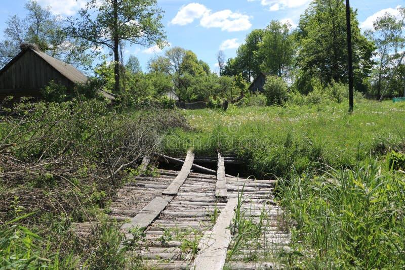 La route le long de la maison abandonnée images stock
