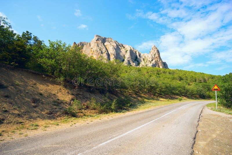 La route le long de la montagne Parsuk-Kai photos stock