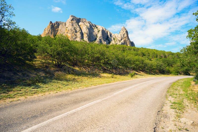 La route le long de la montagne Parsuk-Kai images stock