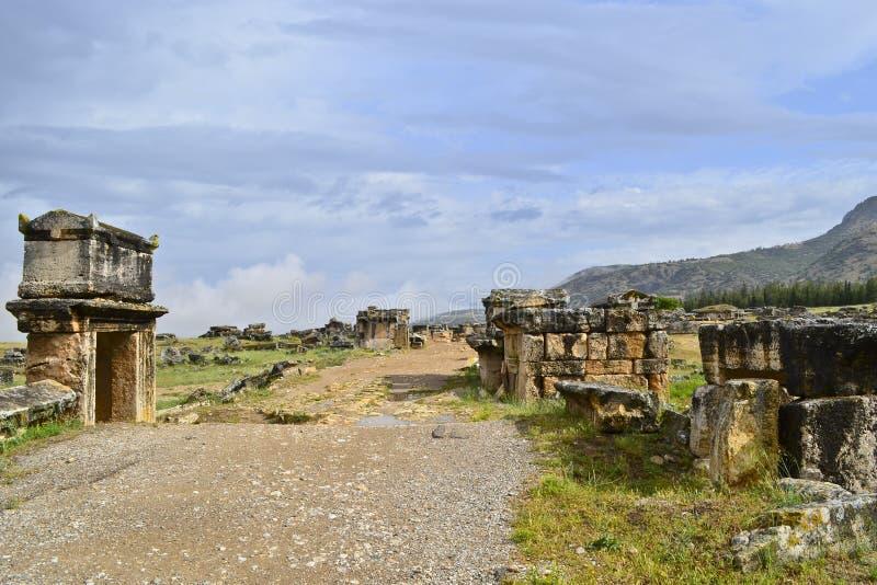 La route principale dans la nécropole de la ville romaine antique Hierapolis photo libre de droits